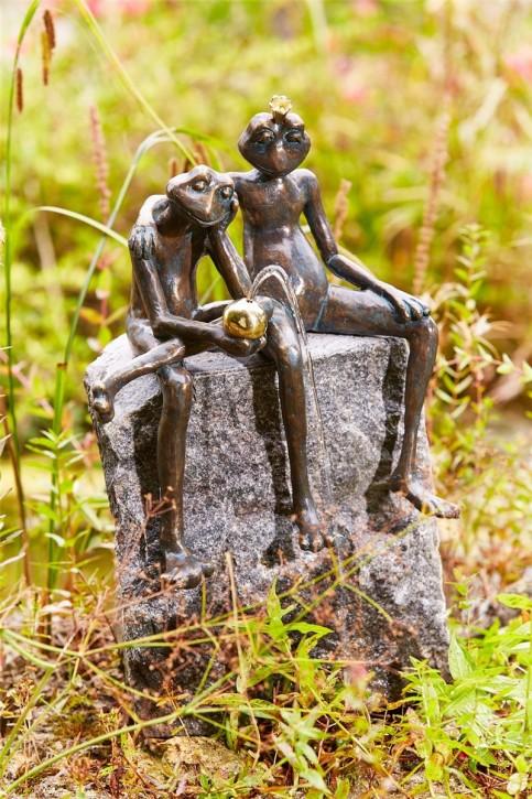 Bronzefigur Froschkönig Paar wasserspeiend 35cm   Wasserspiel aus Bronze für Garten, Teich und Bachlauf