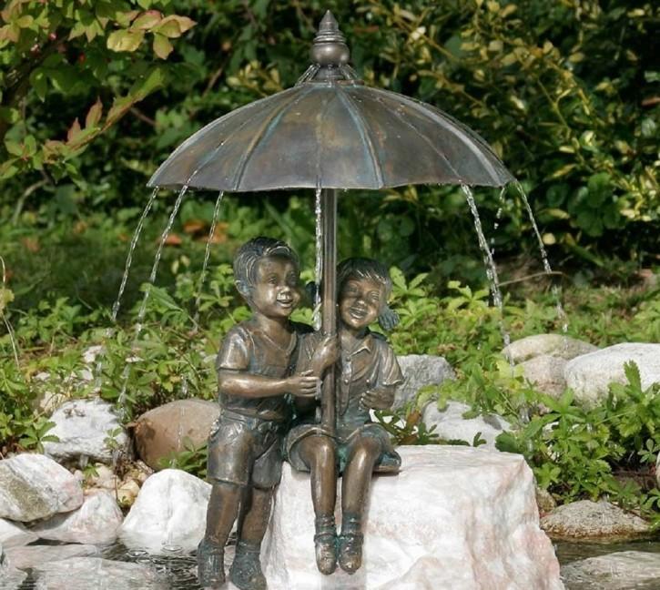 Gartenfigur Schirmpärchen Midi 50 | Wasserspeier Bronze Skulptur Rottenecker
