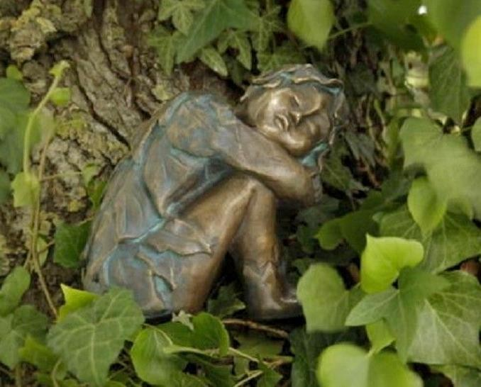 Bronzefigur Wiesenkind Winter 17cm Gartenfigur Bronze Skulptur Rottenecker