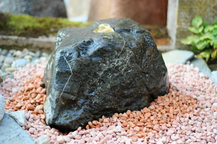 Wasserspiel SET Quellstein Diabas 25cm Gartenbrunnen inkl. Pumpe Becken