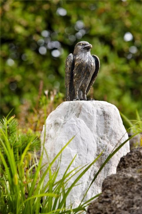 Gartenfigur Turmfalke auf Naturstein Säule 80cm | Bronze Skulptur Rottenecker