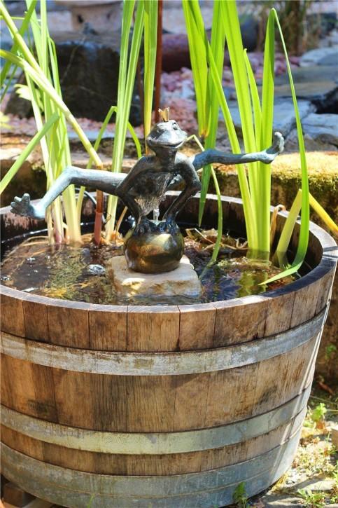 Wasserspiel SET Weinfass Mini Teich inkl. Pumpe und Froschkönig Dietmar Bronze
